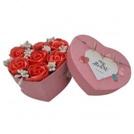 Aranjament floral 7 trandafirii cutie inima , flori de sapun, rosu cu alb, 11x9x6 cm
