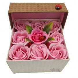 Aranjament floral 9 trandafiri sapun in cutie, roz